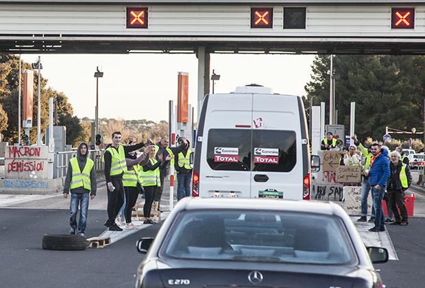 Французские «желтые жилеты» оккупировали выезд с платной трассы и сделали ее бесплатной, тем самым сэкономив всем участникам гонки приличную сумму. Спасибо вам, неизвестные месье и мадам!