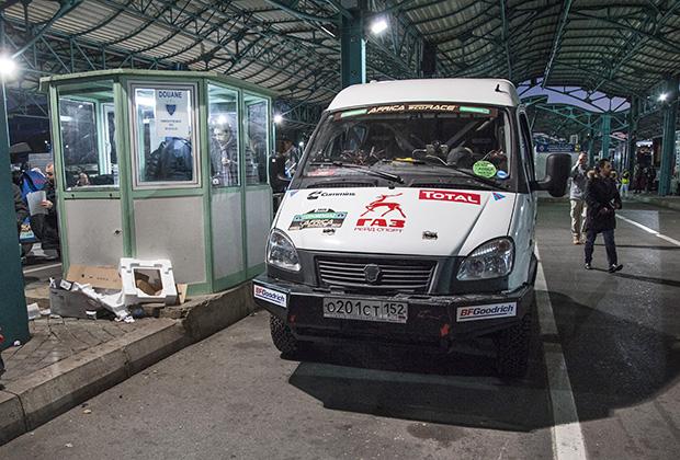 Наш журналистский «Соболь» на погранконтроле в Марокко. Россиянам при въезде в эту страну визы не нужны.