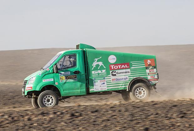 Российские машины стали главной сенсацией Africa Eco Race 2019 года. Гонщики со всей Европы подходили к нашим «Садко» и «Газелям», интересовались конструкцией, общались с пилотами и штурманами, задавали вопросы.