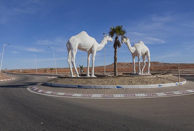 Так украшают дороги в Марокко.