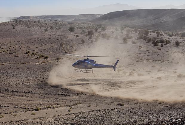 Вертолет на таком серьезном ралли, как Africa Eco Race, обязателен — в случае ЧП пострадавшего нужно оперативно доставить в медицинское учреждение.