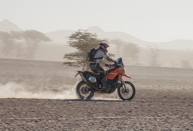 Мотоциклистам на этой гонке особенно тяжело, приезжают и падают без сил.