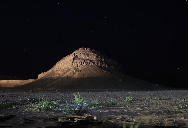 Ночью на каменистом плато открывается фантастический марсианский пейзаж.