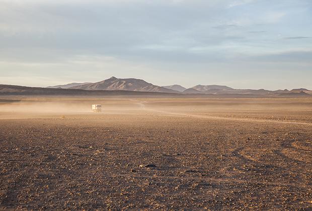 Днем пейзаж не менее марсианский. Только пыли больше.