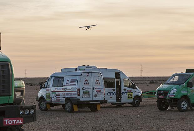 На маленьком самолете летает легендарный «лис пустыни», многократный победитель ралли-марафонов Dakar и Africa Eco Race Жан-Луи Шлессер.