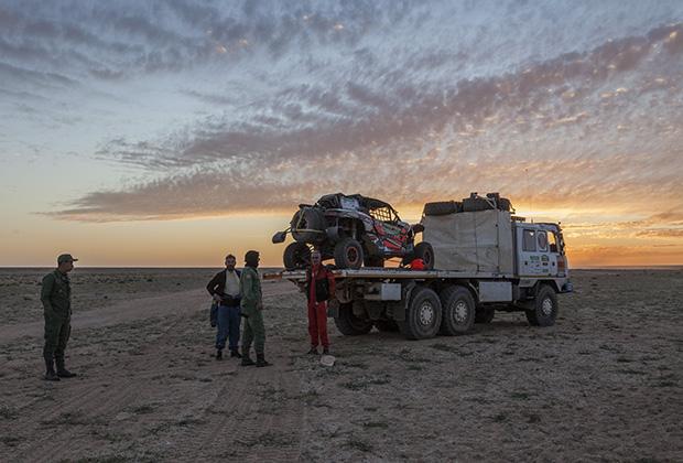 Некоторые сдавались, и их вытаскивала из Сахары замыкающая машина организаторов, именуемая в народе «Метлой».