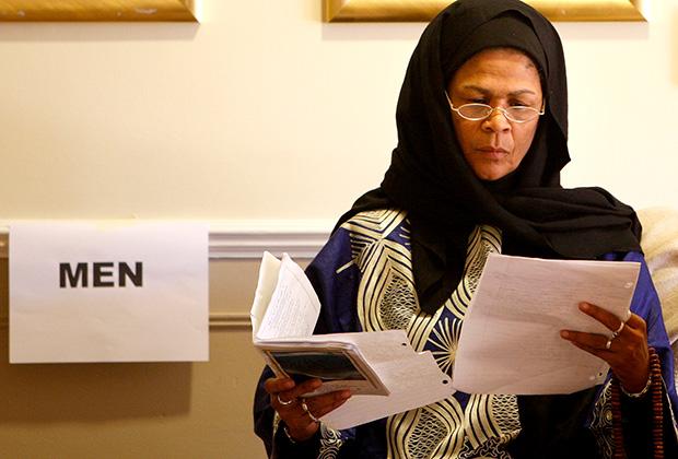 Мусульманка Амина Вадуд бросила, пожалуй, самый смелый вызов представлениям о месте женщины в исламе. В 2005 году она стала первой женщиной-имамом. Вадуд — доктор наук, занимающаяся гендерными проблемами в исламе и изучением Корана. Она является автором книги «Коран и женщина. Перечитывая Коран с женской точки зрения». У нее масса противников в мусульманском мире. С получением статуса имама Вадуд регулярно сталкивалась с угрозами. Сторонники традиционного ислама не раз тщетно пытались отстранить ее от проведения церемоний.