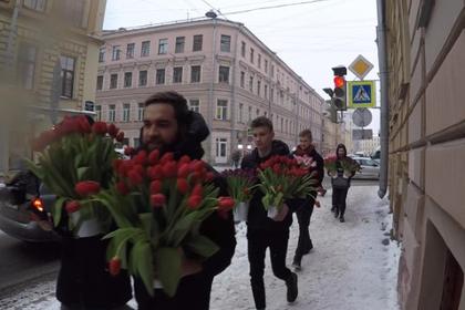 Вторжение мужчин с цветами в российское фем-кафе раскололо соцсети