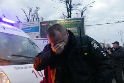Украинские радикалы избили десятки охранявших Порошенко полицейских