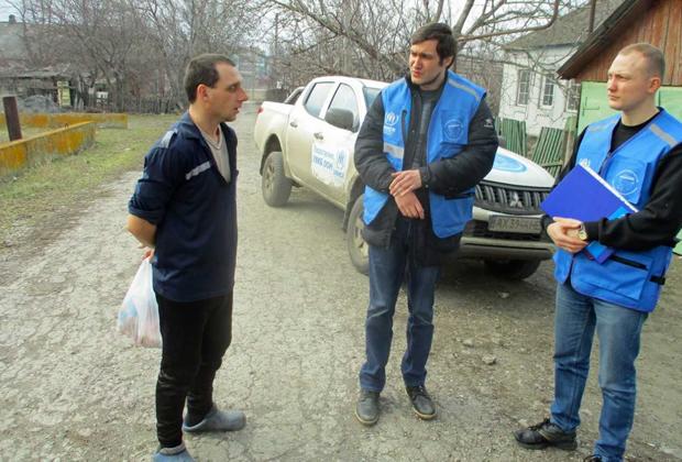Работник кладбища Илья Сарбаш беседует с сотрудниками «Пролиски»