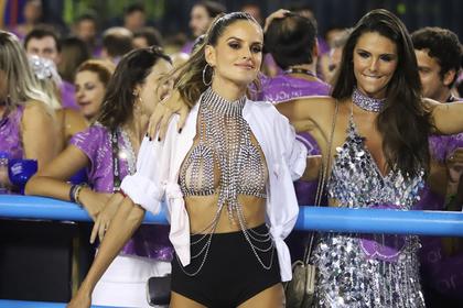 Модель Victoria's Secret вышла на публику в откровенном бюстгальтере