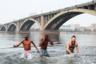 Волонтеры во время фестиваля зимнего купания в Енисее. На Играх работало около пяти тысяч волонтеров. Каждый пятый — из числа жителей других городов России, а также других государств — в том числе с африканского континента.