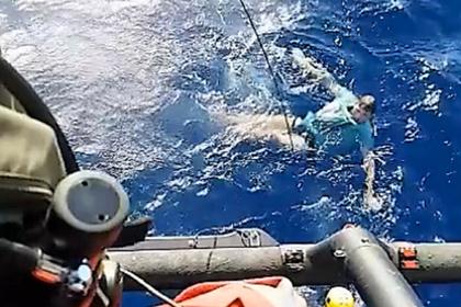 Турист свалился за борт в шторм и выжил благодаря джинсам