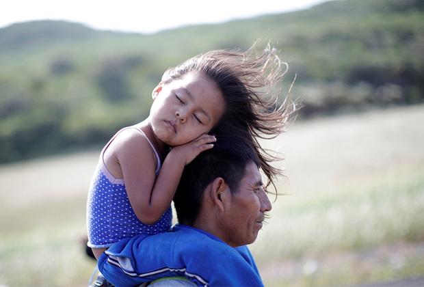 Первые караваны из Центральной Америки двинулись к границе США в марте 2018 года. Полторы сотни мигрантов, преодолев тысячи километров, прошли всю Мексику и попросили убежища в США. Но власти государства не спешили пускать их в страну, посчитав нашествие попыткой подорвать американскую систему.   <br> <br>  Следующую массовую попытку проникнуть в США жители Латинской Америки предприняли спустя полгода. Они стартовали 12 октября из Гондураса. К стихийному шествию быстро присоединились бедняки из соседних Никарагуа, Сальвадора и Гватемалы, координировавшиеся в соцсетях.