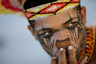 Фотограф посвятил серию исчезающему племени паташо — бразильским аборигенам, проживающим в восточной части страны. Их язык вымер, а в начале 2019 года на земле паташо случилась катастрофа: прорвалась плотина и загрязнила воды реки, вдоль которой они проживают. Для аборигенов это стало настоящей трагедией, поскольку река была единственным источником питьевой воды и пропитания. Загрязнение реки стало для паташо и большой моральной потерей, поскольку они воспринимают ее как живое существо, как члена семьи, и смерть реки считают потерей одного из близких.