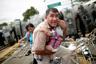 Фото, ставшее символом «Крестного пути мигрантов», как называли движение колонны беженцев к границе с США. На снимке — мигрант из Гондураса, пытающийся защитить своего ребенка во время штурма гватемальского пограничного пункта. Этот кордон открывал мигрантам путь в Мексику. На мексиканской стороне шествующие столкнулись с мощным сопротивлением полиции, и приняли решение штурмовать границу. Для разгона беженцев использовали газ. Фотограф признается, что увиденное произвело на него неизгладимое впечатление. Он глубоко сочувствовал герою фотографии, в панике пытавшемуся защитить свое дитя от хаоса.