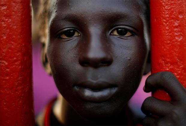 Семилетний Джонатан Родригес тоже добирался до Соединенных Штатов автостопом. По ходу следования мигранты создавали импровизированные лагеря, чтобы передохнуть. В одном из таких передвижных городков в Мексике фотограф и заметил мальчика с выразительной внешностью.