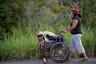 Одна из тысяч участников «каравана мигрантов» везет сына в инвалидном кресле по обочине шоссе. Они направляются в мексиканский город Хучитан, последний перевалочный пункт на пути в США. Власти Хучитана пошли беженцам навстречу и отвели им здание автовокзала под временное убежище.