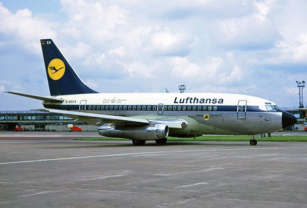 На фоне гигантов поколений Next Generation и MAX оригинальный 737-100 выглядит миниатюрно. Его вместимость составляла 100 человек против 220 у MAX 9. Единственным крупным оператором самой маленькой версии самолета стала Lufthansa.