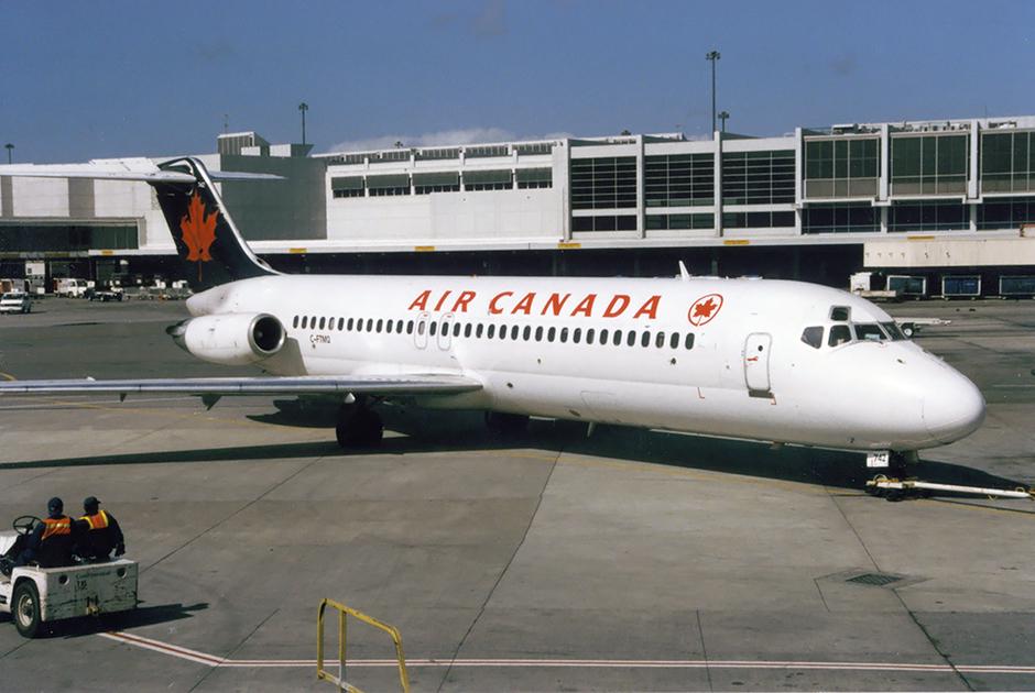 На протяжении большей части истории 737 его основным конкурентом был McDonnell Douglas DC-9 и его эволюция MD-80. Редкий случай, когда конструкция основных конкурентов была принципиально разной.