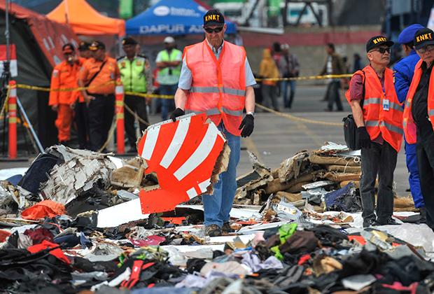 Немногим больше продлился и полет 737 MAX авиакомпании Lion Air в ноябре — лайнер упал спустя 13 минут после взлета. Самолет был совсем новым: его налет не превышал 800 часов. Эта катастрофа стала крупнейшей по числу жертв за всю истории модели 737. Погибли 189 человек.