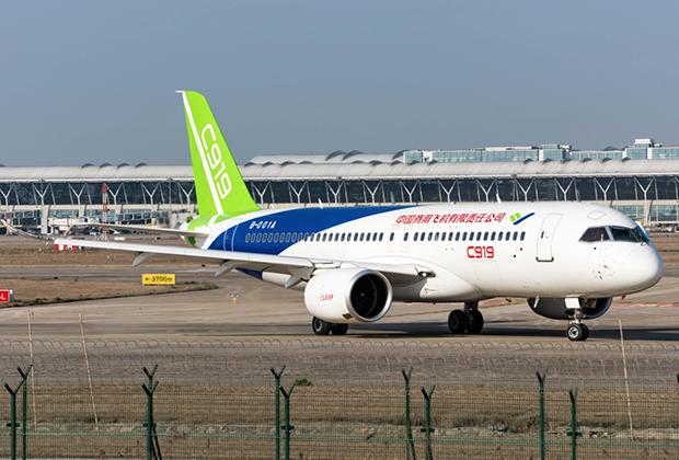 Самый быстрорастущий рынок ближнемагистральных авиаперевозок в мире — китайский. Главным конкурентом 737 MAX на нем должен стать китайский лайнер COMAC C919, который использует такие же двигатели, что и Boeing, а стоит вдвое дешевле.