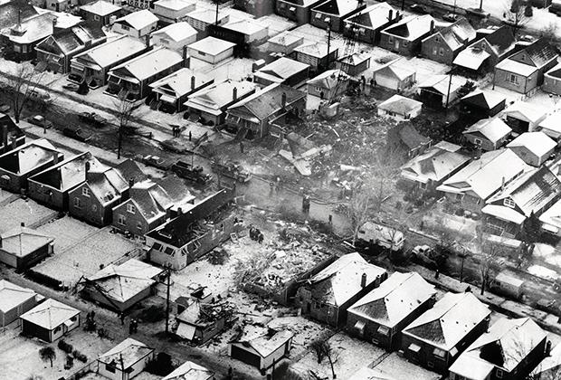 Первой катастрофой в истории 737 стало крушение рейса United Airlines в Чикаго 8 декабря 1972 года —спустя пять лет после начала эксплуатации самолета. Самолет рухнул на жилые дома. В результате аварии из 61 человека на борту погибло 43. Еще две жертвы крушения находились на земле.