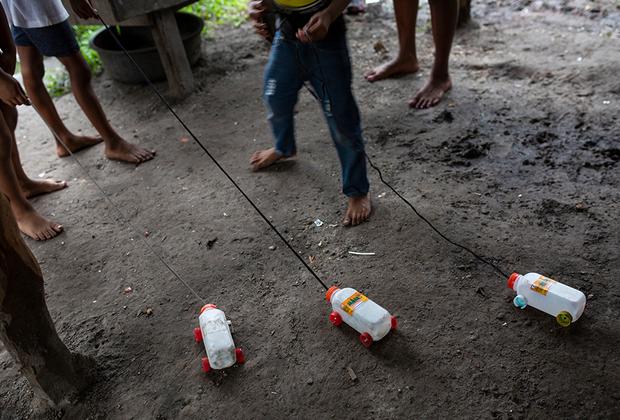 У местных нет денег на игрушки, поэтому детям приходится мастерить их из чего придется. Ребята соорудили грузовики из пустых бутылок от сока. Их отцам приходится нырять за лобстерами в надежде хоть как-то вырваться из нищеты.