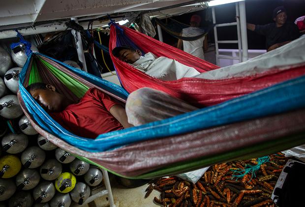 Во время вылазки один из самых опытных ныряльщиков — 45-летний Сол Роналду Атилиано — впервые за 25 лет работы почувствовал симптомы декомпрессионной болезни. Мужчине повезло: ему оказали своевременную помощь, и боль отступила. Атилиано точно знает, что скоро ему придется снова вернуться в море. «Из-за нужды и нехватки рабочих мест я снова отправлюсь нырять за лобстерами», — горько признался он.