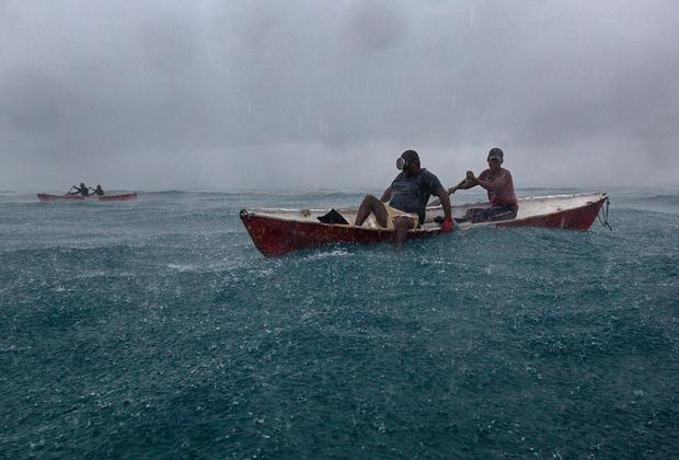Добыча омаров и морских огурцов ведется при любой погоде. Ныряльщики вынуждены выходить в море в зной, холод и проливной дождь.