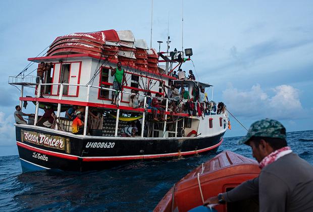 На лодках, где ныряльщики живут неделями, практически нет спасательного оборудования. Ловцы лобстеров используют допотопные баллоны с воздухом, костюмы и маски для подводного плавания.