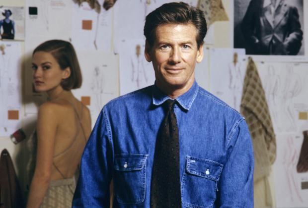 Вплоть до 2003 года Кельвин Кляйн лично руководил своей империей и принимал участие в разработке коллекций прет-а-порте. В 1990-е годы он вступал обласканный прессой и любимыми клиентами. Фото сделано в 1992 году в Нью-Йорке.