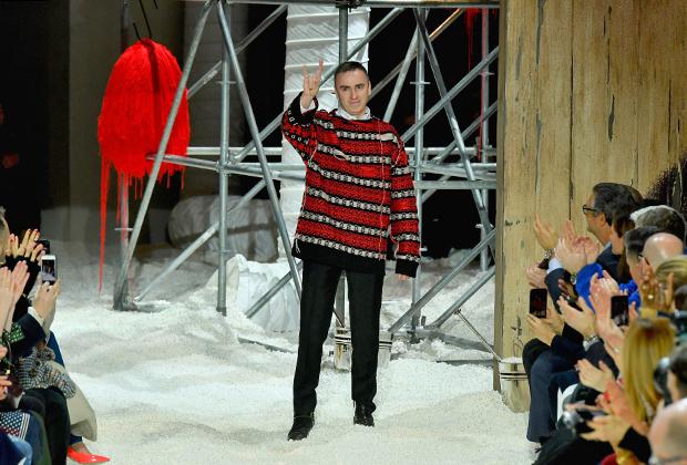 Раф Симонс после показа Calvin Klein на Нью-Йоркской неделе моды в феврале 2018 года. Тогда еще ничто не предвещало проблем — дизайнера даже публично не критиковали.