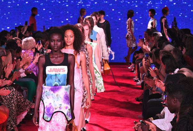 Показ Calvin Klein на неделе моды в Нью-Йорке в сентябре 2018 года. Чтобы подчеркнуть связь с Большим Яблоком, организовали его прямо в здании Нью-йоркской фондовой биржи. Последний показ под руководством Рафа Симонса.