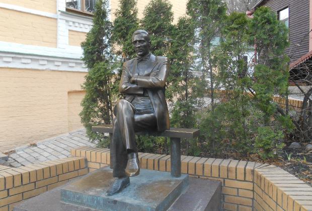 Памятник Михаилу Булгакову возле его дома