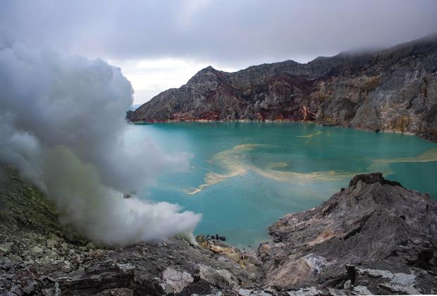 Панорамный вид на кислотное озеро