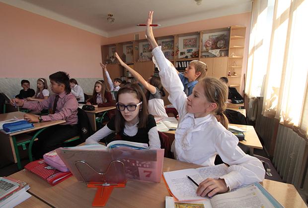 Ученики восьмого класса киевской гимназии №153 имени А.С. Пушкина во время урока русского языка