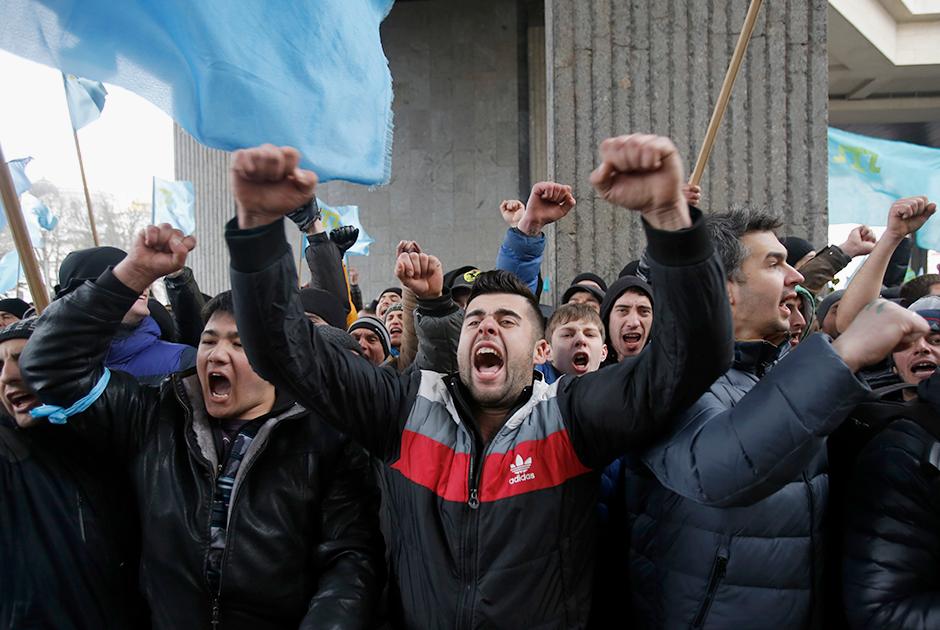 Митинг крымских татар напротив здания Верховного Совета Крыма в Симферополе. 26 февраля 2014 года.