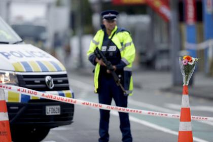 Полиция перед мечетью в городе Крайстчерч
