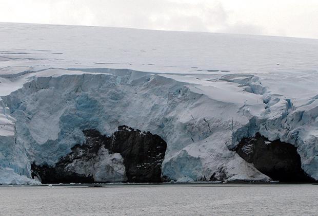 Трещины в леднике в Антарктиде