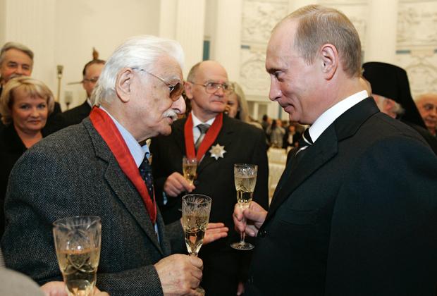 Хуциев становился лауреатом десятка самых разнообразных государственных наград и званий (так, Народным артистом СССР он был признан еще в 1986 году) — что не мешало ему в любую эпоху сохранять независимость и честность в диалоге с властью: он мог уважительно высказываться о Фурцевой — и критически о Хрущеве, а, например, о нынешнем министре культуры Мединском говорил, что тот производит впечатление «абсолютного ничтожества».