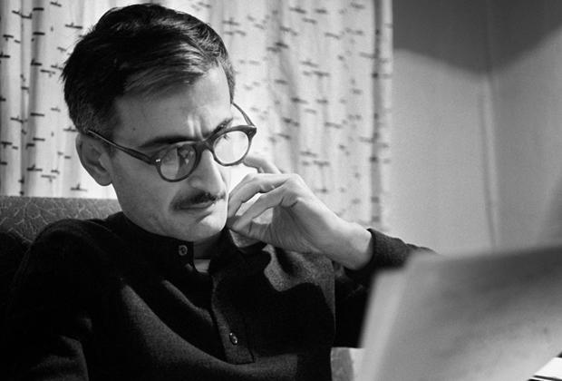 Хуциев родился и вырос в Тбилиси, а в 1952-м окончил режиссерский факультет ВГИКа. В 1953-м начал работать на Одесской киностудии, а в Москву вернулся в 1959-м — в 2010-х именно его судьба ляжет в основу траектории, по которой движется один из главных героев сериала Валерия Тодоровского «Оттепель»: в нем персонаж Александра Яценко тоже, подобно Хуциеву, работает в связке с более опытным постановщиком над фильмом о любви простых советских рабочих (в случае Хуциева это была «Весна на Заречной улице»), а затем уезжает в Одессу. Стоит заметить, что сам Хуциев к сериалу Тодоровского относился с заметным пренебрежением.