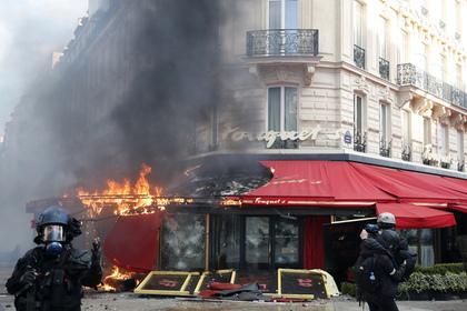 «Желтые жилеты» разгромили в Париже любимый ресторан Шарля Азнавура