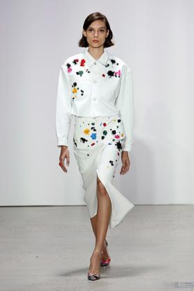 Oscar de la Renta на неделе моды весна/лето в Нью-Йорке в сентябре 2017 года представил коллекцию, отличительной особенностью которой стали яркие пятна на белом фоне. Увы, бренд тут же обвинили в плагиате.