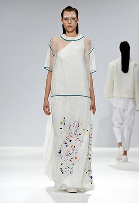 Все дело в том, что ровно за год до этого на неделе моды весна/лето в Лондоне аналогичные пятна на белом фоне представил бренд Cimone.