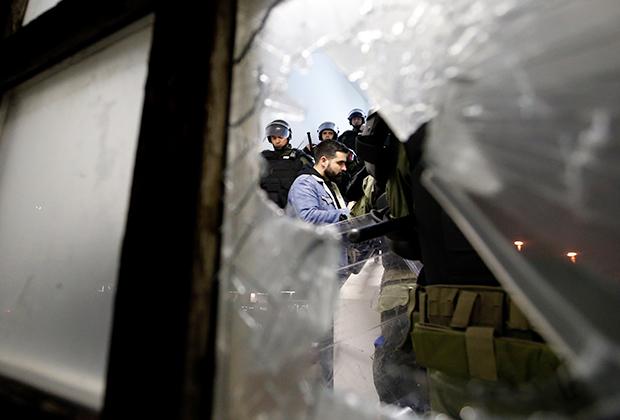 Полиция выводит протестующих из здания RTS