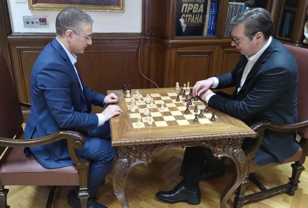 Вучич (справа) играет в шахматы со Стефановичем