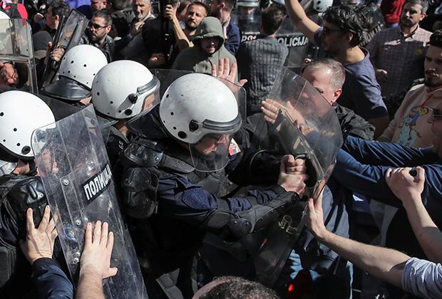 Полиция сдерживает демонстрантов у резиденции президента