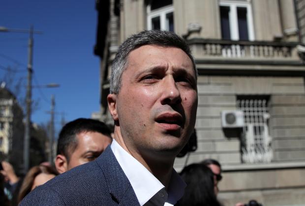 Лидера крайне правой партии «Двери» Бошко Обрадович около резиденции президента