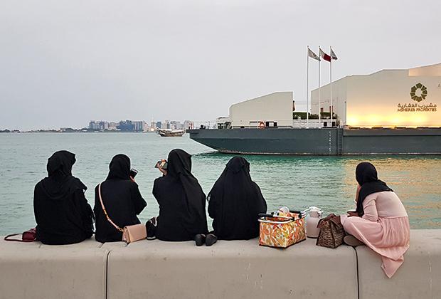 Катарские девушки, как и европейские, любят собираться компаниями и болтать.